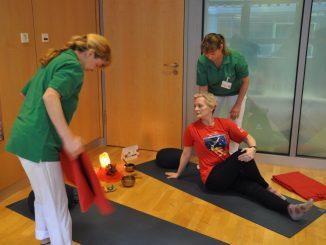 Annett Wagner kämpft sich mit therapeutischem Yoga zurück ins Leben. Foto: Una Giesecke