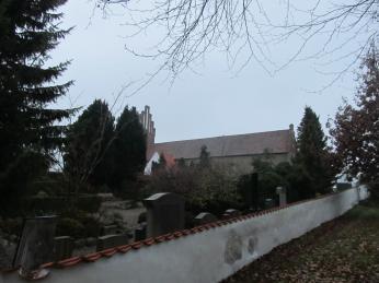 Men intet hus ville kunne stå i 800 år uden gennemgribende vedligehold - vi har set kirkegårdsmuren blive totalrenoveret