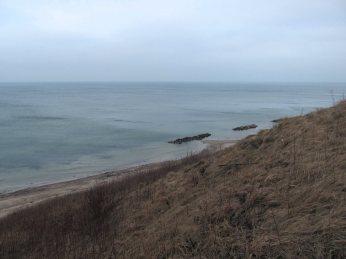 I det sene eftermiddagslys er havet stålblåt