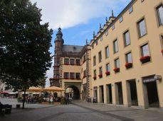 Videre på opdagelse, til sidst i Schweinfurt - (swine-ford, svinenes vadested) hvor der opdukker et rådhus med statuer på taget