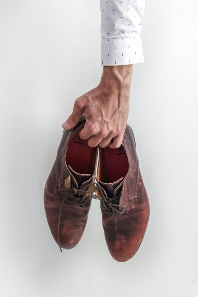 tips bisnis cuci sepatu - pegang sepatu