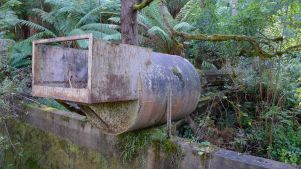 I think this is device tops up the water in the aqueduct with water from the creek behind it....?