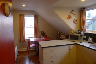 The kitchen-dining room at Firemans Loft