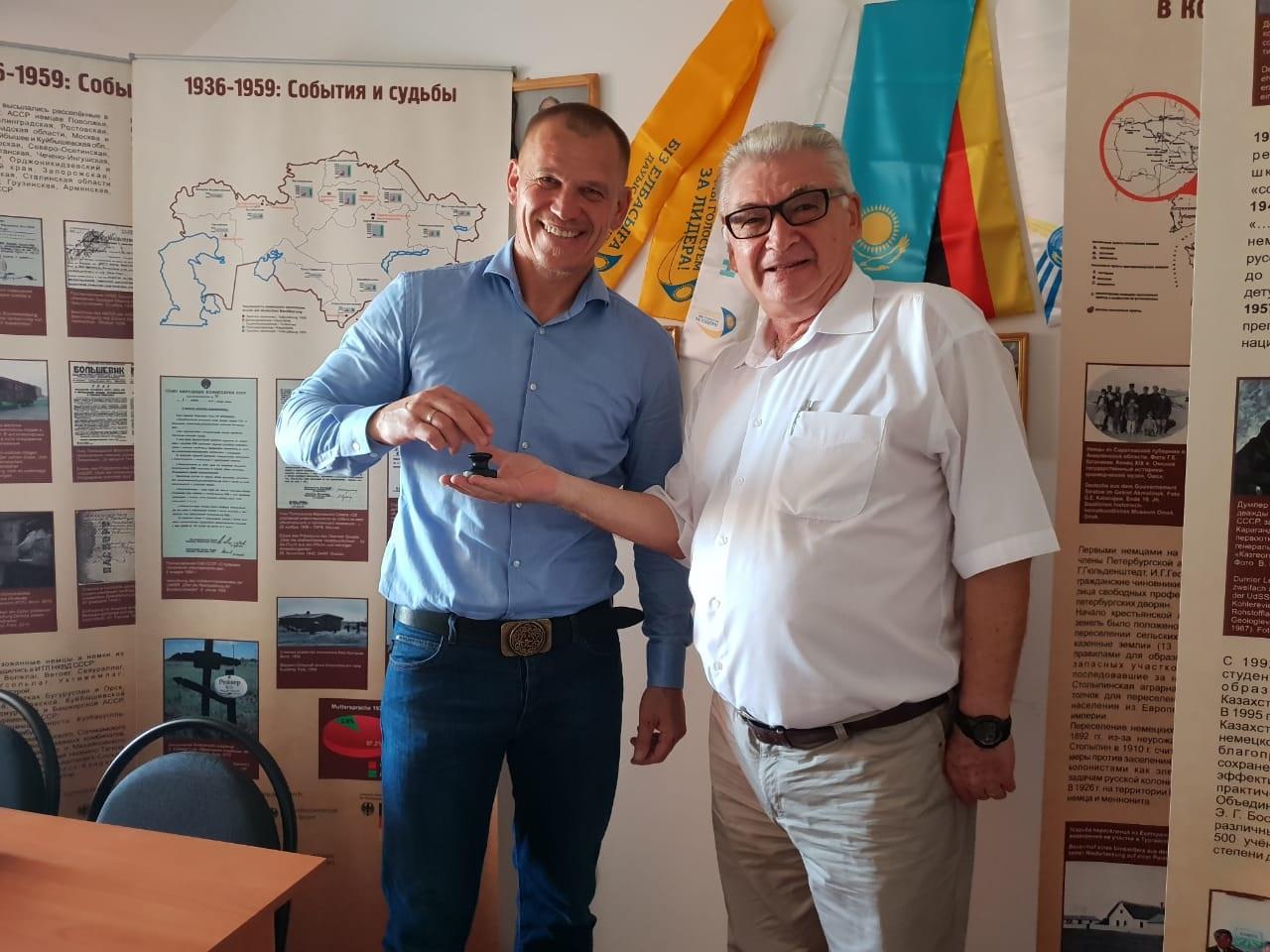 На альтернативной основе новым председателем общества немцев «Wiedergeburt» Атырауской области был избран Олег Иосифович Шмаль, главный инженер ТОО «Светланд-Ойл».