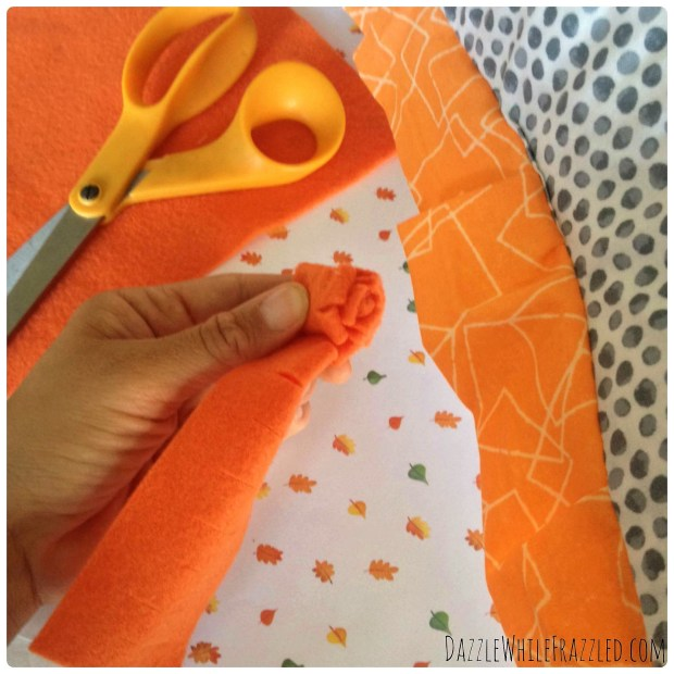 DIY Halloween envelope pillow cover with fleece pumpkin for autumn home decor | DazzleWhileFrazzled.com