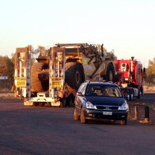 Grössenvergleich der Geräte, die hier durch die Gegend fahren auf dem Stuart Highway.