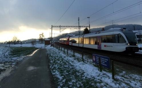 Einer der letzten Halte der S-Bahn S1 am Haltepunkt Algetshausen-Henau.
