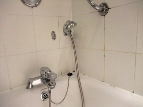 Tolle Badfugen und lose Dusche