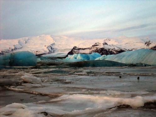 Gletscherblaue Eisstücke vom Vatnajökull.