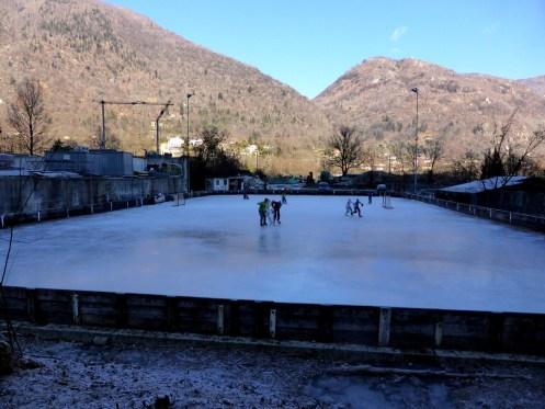 Nebenan wurde Eishockey gespielt im kalten Schatten.