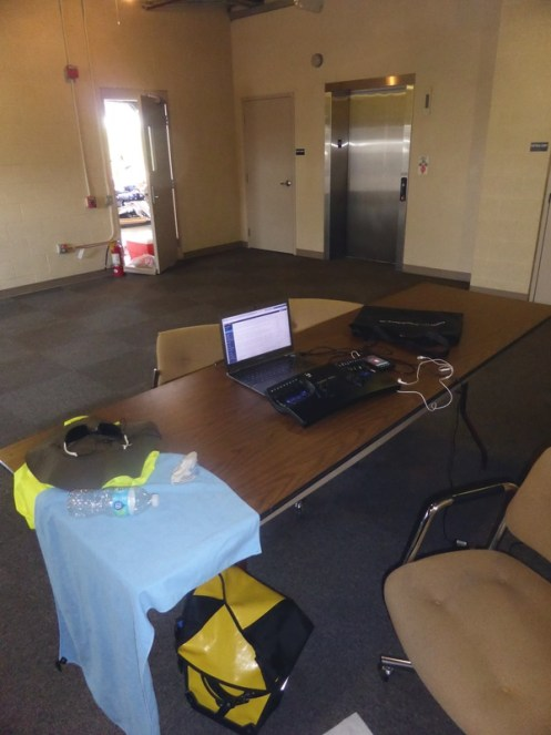 Guter Arbeitsplatz, meine persönliche Charging Session. Zwei weitere Monitore fehlen :-)