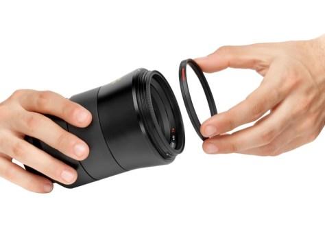 レンズ用マグネットベースにフィルター用フレームを近づけると、マグネットで固定される。