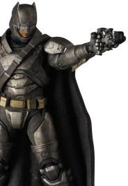 MAFEX_Armor_Batman_04