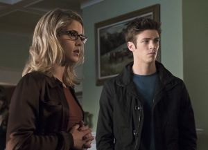 "Arrow -- ""Legends of Yesterday"" -- Image AR408A_0196b.jpg -- Pictured (L-R): Emily Bett Rickards as Felicity Smoak and Grant Gust as Barry Allen  -- Photo: Katie Yu/ The CW -- © 2015 The CW Network, LLC. All Rights Reserved."