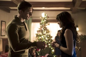 """The Flash -- """"Running to Stand Still"""" -- Image: FLA209b_0131b.jpg -- Pictured (L-R): Teddy Sears as Jay Garrick and Danielle Panabaker as Caitlin Snow -- Photo: Katie Yu/The CW -- © 2015 The CW Network, LLC. All rights reserved."""