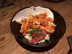 crevettes frites, maïs soufflé, yogourt, piment,citron vert, laitue iceberg