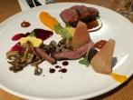Magret et coeurs de canards confits, glace de betteraves, mini pâtissons, rabiole, églantiers, sauce au porto