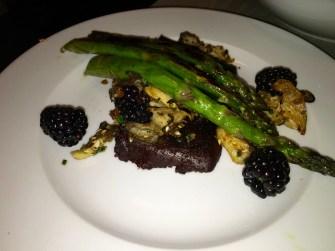 Boudin noir croustillant, mûres, Asperges et pleurotes rôties, bagel dust