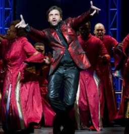 Raul Esparza and Leap of Faith ensemble (Photo: Joan Marcus)
