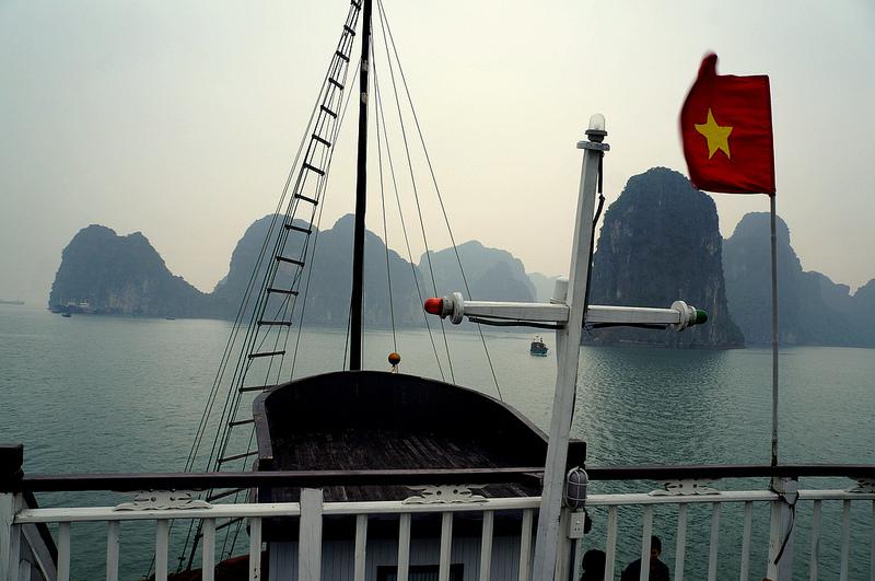 Cờ Việt Nam dọc theo bờ biển. Nguồn: flickr photostream Rush Murad