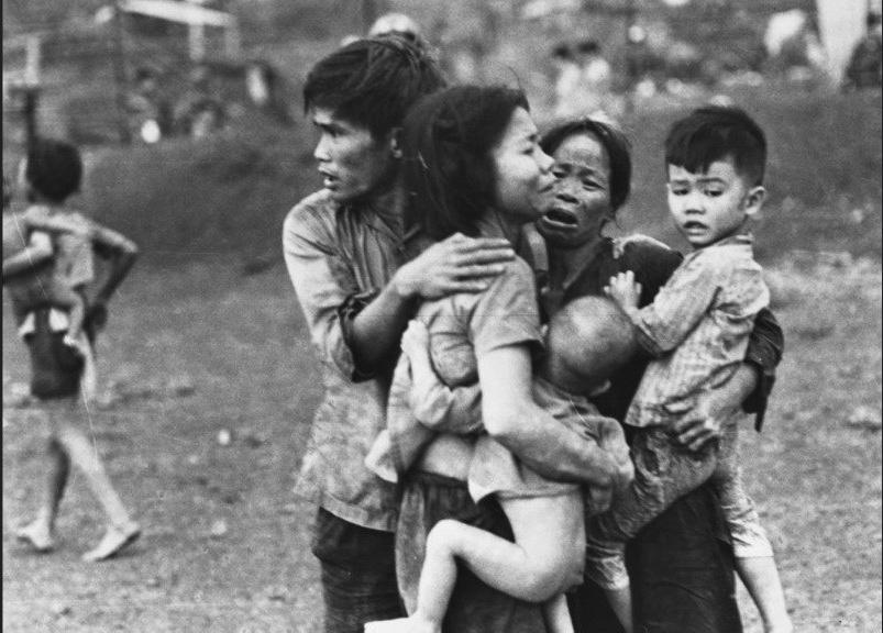 Những người sống sót sau cuộc thảm sát ở Đồng Xoài. Ảnh của Horts Faas, 1971