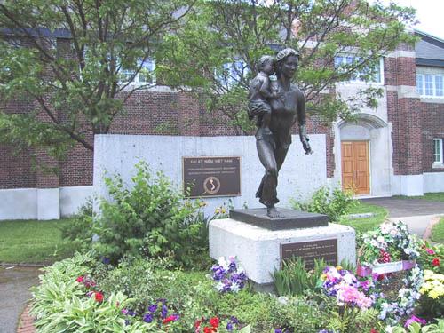 Dài tưởng niệm thuyền nhân Việt Nam tại Ottawa. Nguồn: www.heroines.ca