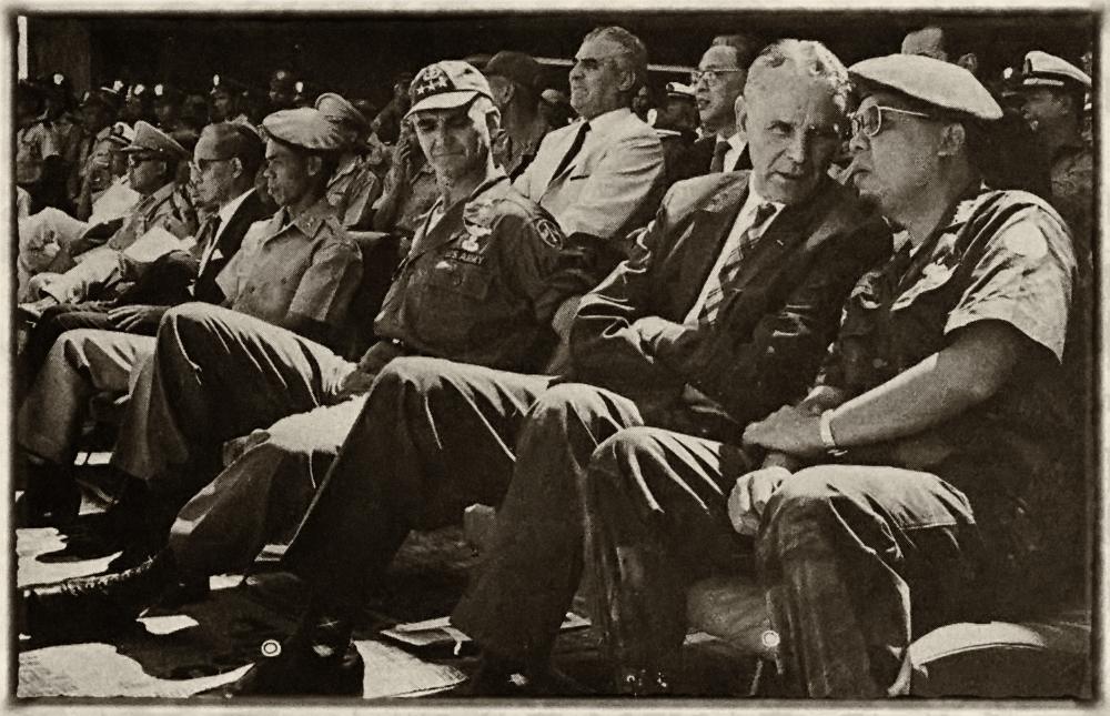 Tướng Nguyễn Khánh hội ý với Đại sữ Mỹ Maxwell Taylor, bên cạnh là Đại tướng Westmoreland. Nguồn: Nguyen van Duc .