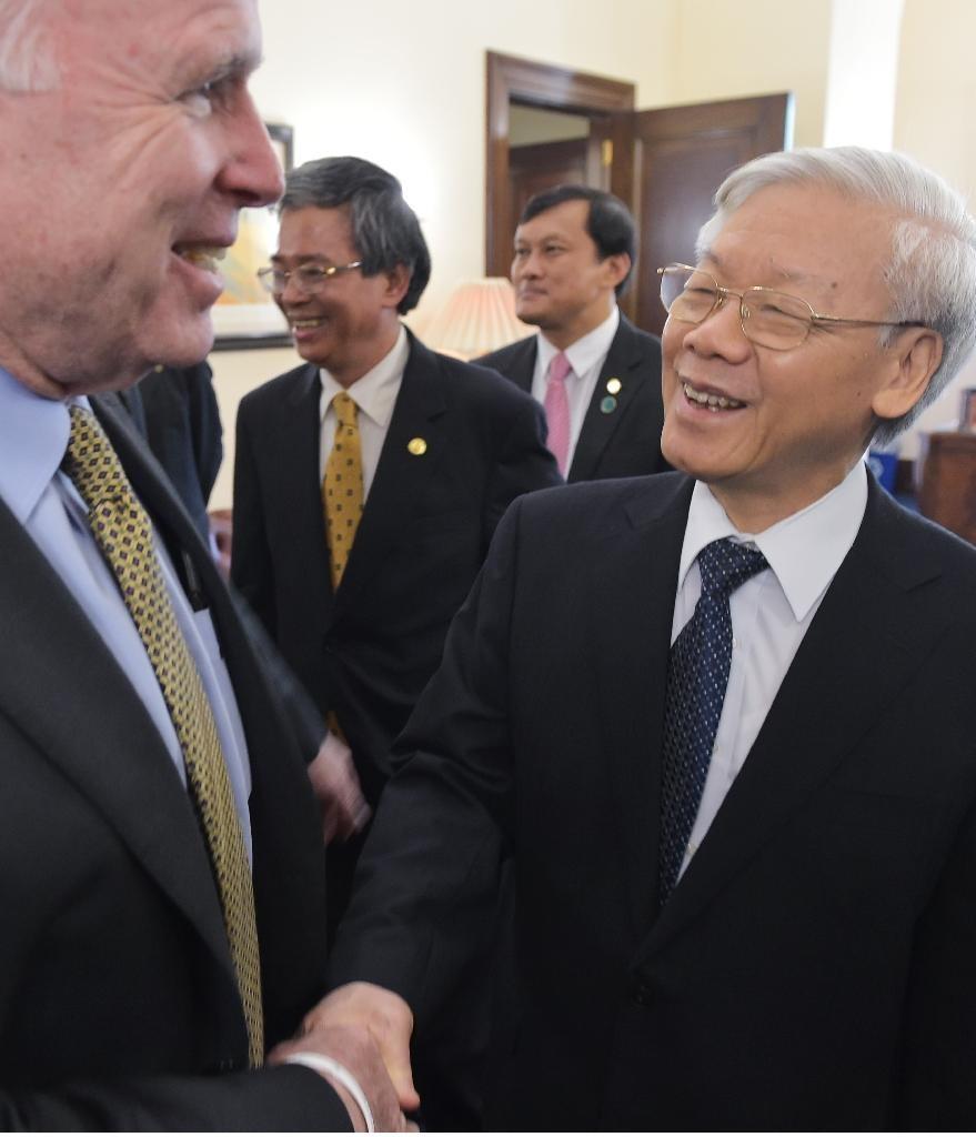 TNS McCain tiếp Nguyễn Phú Trọng tại văn phòng của ông ở Quốc hội. (8/7/2015)> Nguồn: AFP Photo/Mandel Ngan