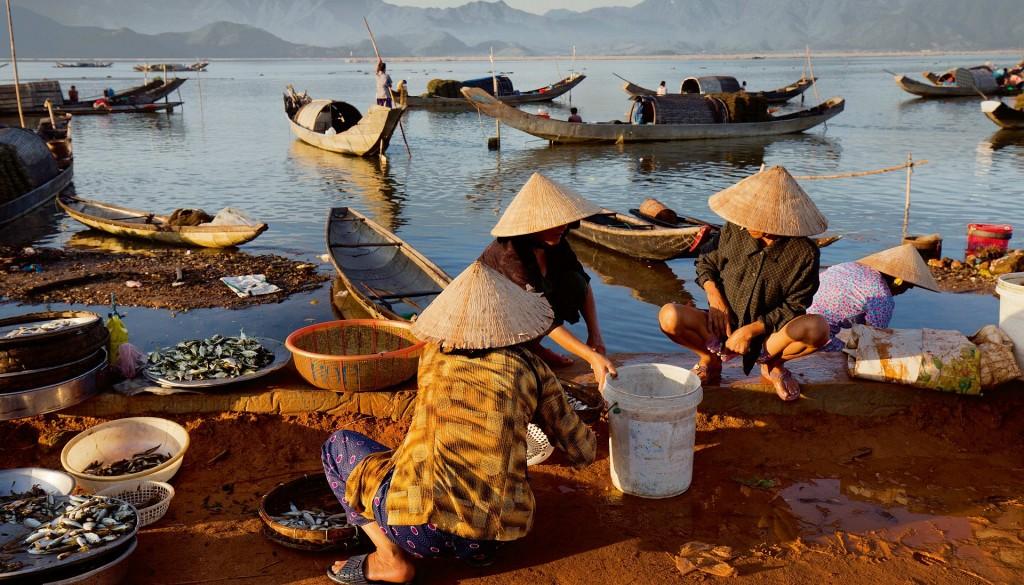 Hình: Dân vạn đò ở sông Hương sống cả đời trên thuyền của họ, những chiếc thuyền ba ván, đáy phẳng nhỏ. Những gia đình nghèo sống bằng nghề đánh cá và khai thác cát trái phép bên sông. © Maika Elan
