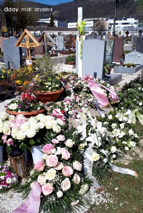 Haylies Grab nach dem Begräbnis