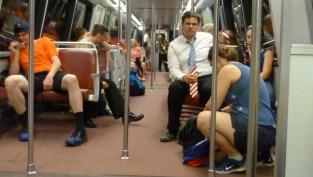 Szeretném felhívni a figyelmet a nyakkendős fiatalember mögül kikandikáló piros-fehér csíkos szoknyára, melyhez természetesen kék felső társult