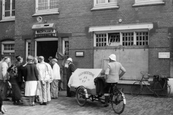 Gewonden worden o.a. per bakfiets naar het Binnengasthuis gebracht. Foto: Hans Sibbelee, collectie Nederlands Fotomuseum