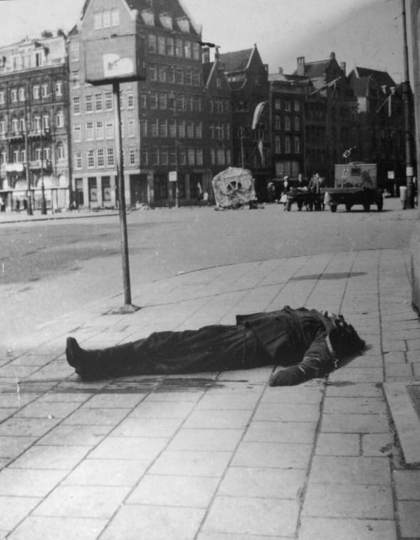 Lichaam van doodgeschoten Duitse soldaat op Rokin, foto: Paul L Bessem