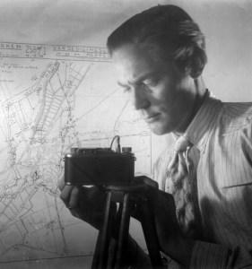 In de kelder van het Amsterdamse Gemeente Energiebedrijf fotografeerde Haanstra tijdens de oorlog plattegronden van militair belangrijke objecten die werden doorgegeven aan de regering in Londen