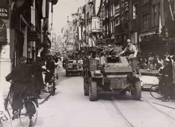 Tonny van Renterghem, rechts op de auto. Beeldbank WO2 – NIOD