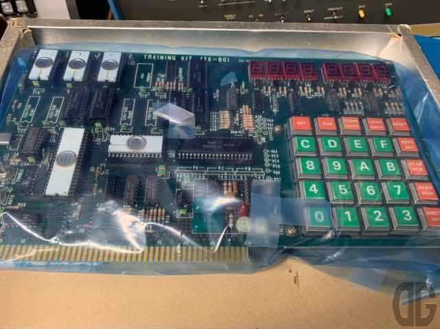 TK-80御本尊。7セグメントLEDと16進キーボード。今の人から見たらコレ見て何するの?っ感じですよねー。