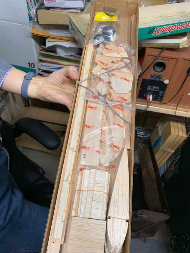 ラジコン飛行機(もしかするとUコンかも)のキット。軽量なパルサ材を組み立てて作ります。今の切ってハメ込むだけのガンプラとは異なります。が苦戦するのも楽しそうです。