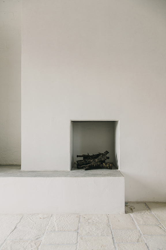 interior-inspiration-minimalist-fireplace-Modern-farmhouse-Masseria-Moroseta-in-Ostuni-Puglia-in-Italy-desmitten