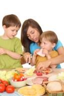 Bringen Sie Ihren Kindern bei Obst und Gemüse zu essen