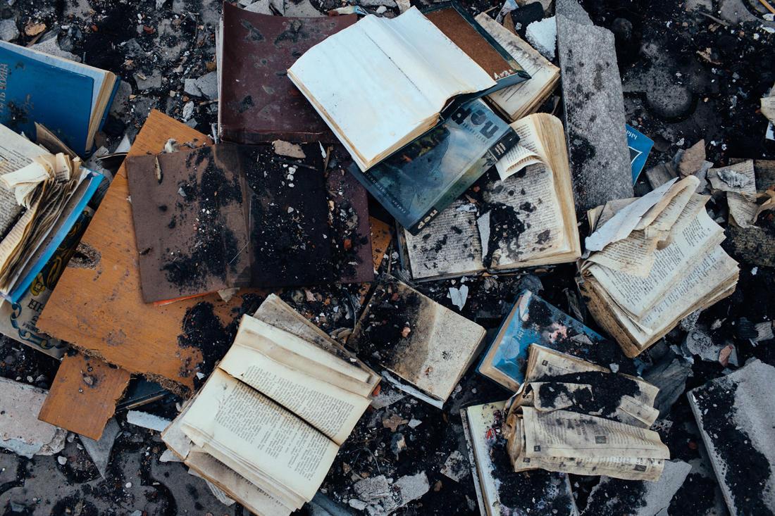 Bücher und Schutt aus einem Privathaus, das von einer BM-21-Rakete zerstört wurde. - Foto: Max Avdeev / Meduza