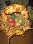 essbarer Osterkorb mit farbigen Ostereiern
