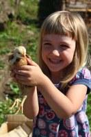 Kinder mit unseren Tieren hier bei Alten-Wohnheim & Landhotel im Permakulturgarten
