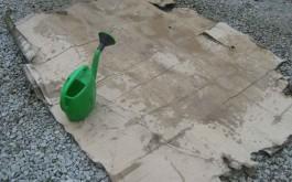 ...beidseitiges wässern von alten Kartons (leichtes Entfernen von Klebband)...und  zum besseren Falten