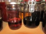 Johanniskraut-Öl und Andere lagern im Dunkeln