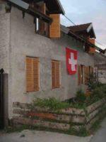 1. August Hausfassade mit Schweizer Fahne