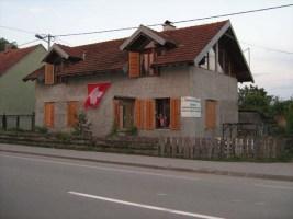 1. August Haus mit wehender Schweizer Fahne