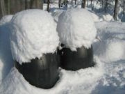 Wintereindrücke Permakultur Garten im Schnee, Fass im Schnee