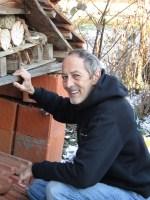 Rosi und Pierre kontrolliert das Insektenhotel im Garten