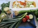 waehrende dem Zubereiten der kalorienarmen Gemüse Suppe
