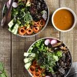 Himmlisch gesunde Poké-Bowl mit Tahini-Chili-Sauce